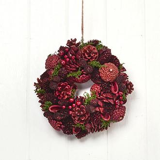 Karácsonyi koszorú piros tobozokkal és bogyókkal, átmérő: 26 cm